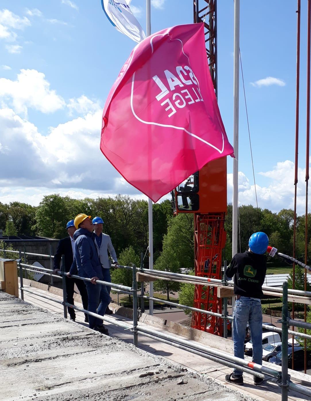 Vlag in top op de nieuwbouw